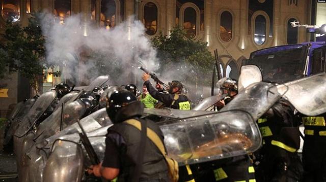 Gürcistan'da Halk Parlamentoyu Kuşattı