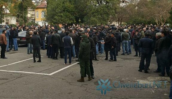 İşgal Altındaki Abhazya Lideri Sokhumi Protestoları Sırasında İçişleri Bakanı ve Başsavcıyı Görevden Aldı