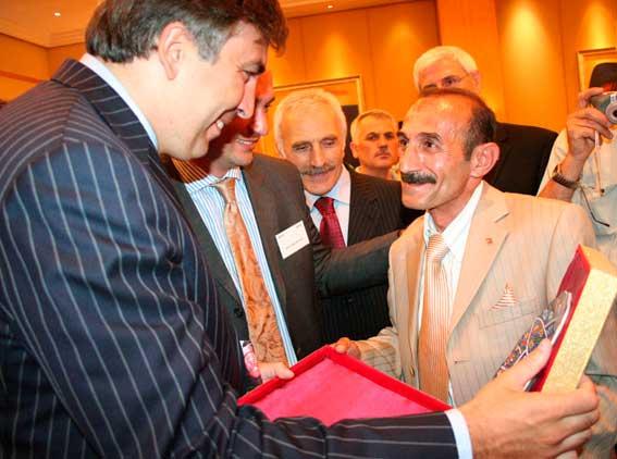 Orhangazi Kafkas Kültür ve Dayanışma Derneği Başkanı, Miheil Saakaşvili'ye Plaket Verirken