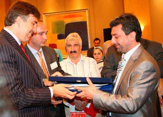 İznik Batumlular Kafkas Kültür Derneği Başkanı, Miheil Saakaşvili'ye Plaket Verirken