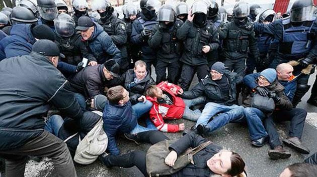 Saakaşvili Ukrayna'da Gözaltına Alınmak İsterken Göstericiler Tarafından Serbest Bırakıldı